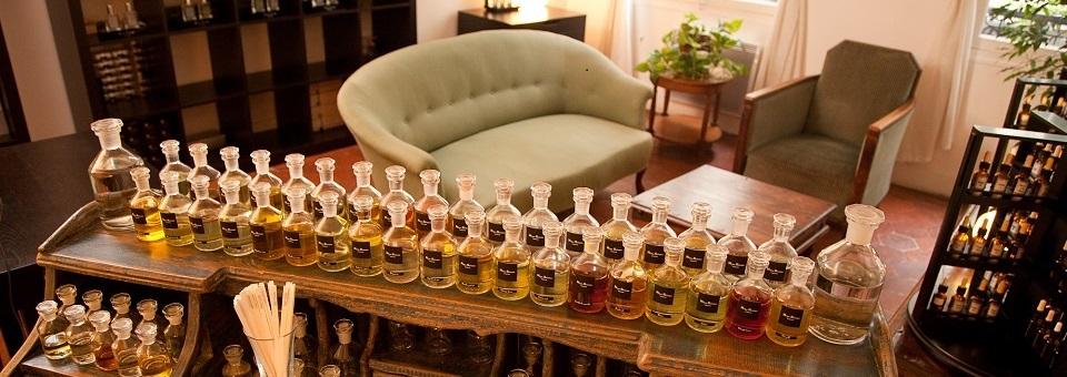 香りの美学を学ぶ、パフューマリースクール。アトリエ・アローム&パルファン・パリ